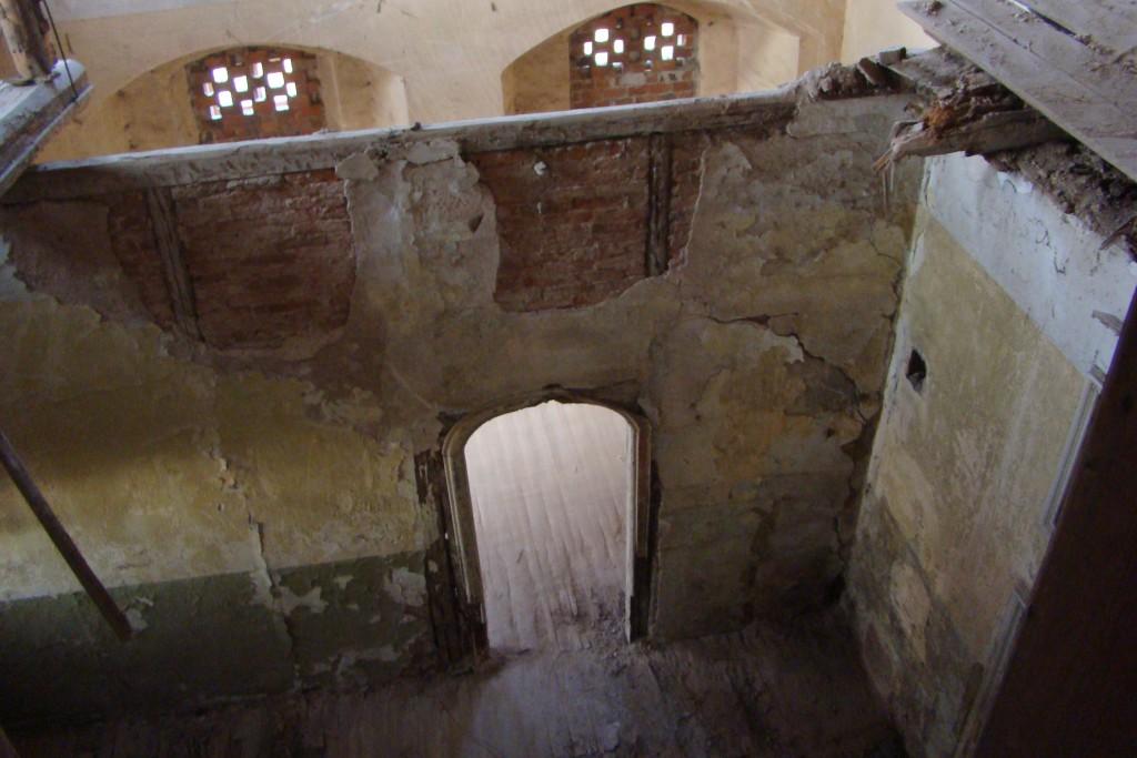 Wnętrze dworu po zawaleniu drewnianych stropów